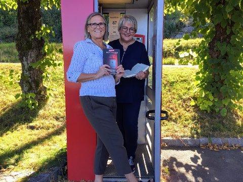 Biblioteksjef på Gjerstad folkebibliotek Randi Lundvall og ordfører Inger Løite var til stede under åpningen av den nye lesekiosken onsdag.