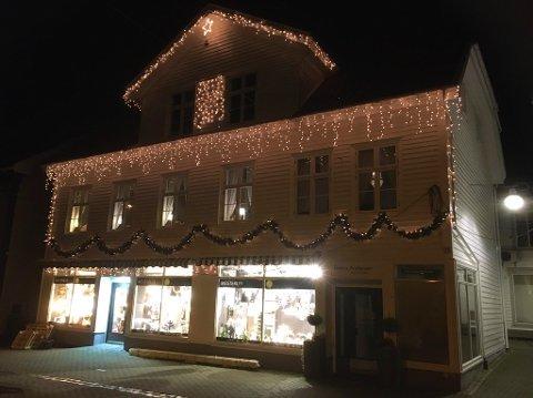 GOD JUL: Mesterlys-butikken i Flekkefjord er ferdig julepyntet på utsiden. Foto: Erik Thime