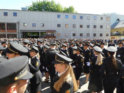MANGE LEDIGE: Av årets kull med nyutdannede politifolk er det fortsatt flere hundre som ikke har fått noen politijobb.