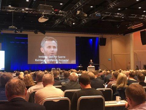 Ordfører Jan Sigbjørnsen (H) fra Flekkefjord (med ryggen til) var en av de 300 som fikk høre innlegget til ordfører Per Sverre Kvinlaug (KrF) fra Kvinesdal i dagens møte.