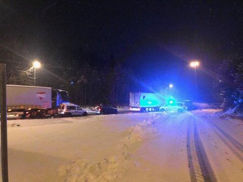 Både store og små kjøretøy måtte stoppe på E39 i Flekkefjord i kveld for å få en dekksjekk av politiet før de fikk kjøre videre.