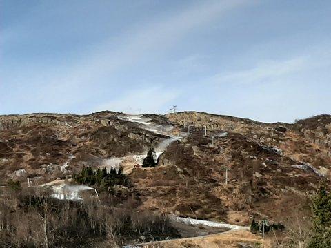 KUNSTSNØ: Det produseres kunstsnø i alpinbakkene i Sirdal for harde livet, slik at sesongen skal komme raskt igang.