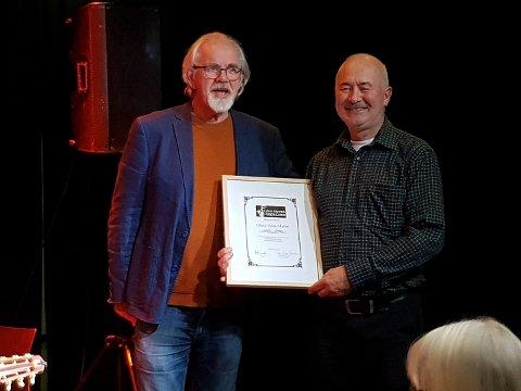 ÆRESMEDLEM: Her mottar Olav Henriksbø (t.h) diplomet som markerer at han er æresmedlem i jazzklubben.