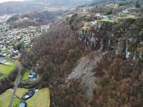 300 TONN: Nærmere 300 tonn med steinmasser raste ut fra fjellsiden og ned mot hus søndag morgen.