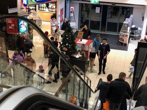 KVELDEN FØR KVELDEN: Det var fortsatt enjevn strøm av folk på Amfi i Flekkefjord Lille julaften.