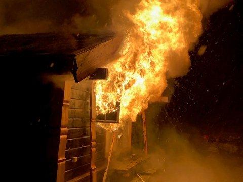 FULL FYR: Hytta er totalskadet etter den voldsomme brannen i natt.