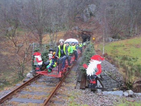 JULEBANEN: Det var ikke noe å si på julestemningen langs Flekkefjordbanen da Barnas Turlag dro på romjulstur.