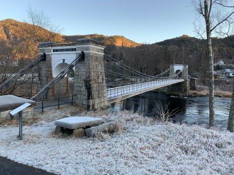 STENGT: Bakke bro er nå stengt for all motorisert trafikk. Det betyr omkjøring via Osen bro for fastboende på Lende-siden.