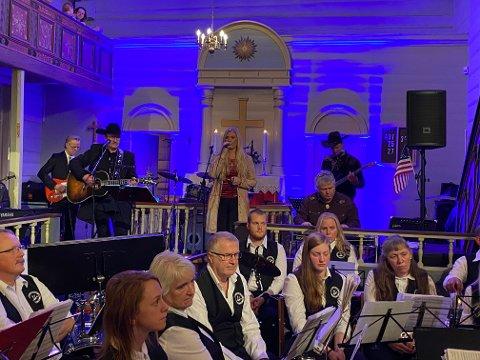 KLASSIKERE: Nashville Sound under ledelse av Ove Frøytlog, her sammen med trofast gjesteartist Bente Torgersen.