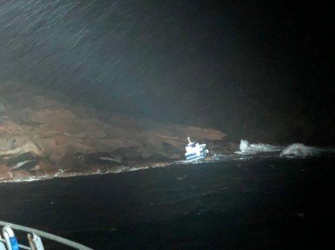 REDNING: På grunn av høy sjø ble det besluttet å vente på helikopter for å plukke opp to personer fra holme, da båten sto på tørt land.