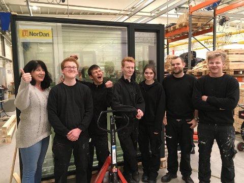 VINNERNE: Brit Jane Gursli sammen med noen av lærlingene på NorDan. De er meget fornøyd med prisen som årets lærebedrift for 2016.