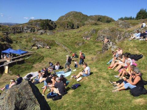 Folk begynte tidlig på ettermiddagen å komme til det naturlige amfiet.