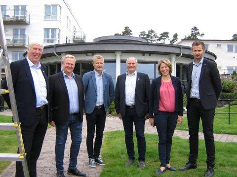 REPRESENTANTSKAPET: Nå skal ordførerutvalget hete representantskapet(fra venstre) Arnt Abrahamsen (Farsund), Jan Kristensen (Lyngdal), Thor Jørgen Tjørhom (Sirdal), Jan Sigbjørnsen (Flekkefjord), Margrethe Handeland (Hægebostad) og Per Sverre Kvinlaug (Kvinesdal). Foto: LARS REKAA/ LYNGDALS AVIS