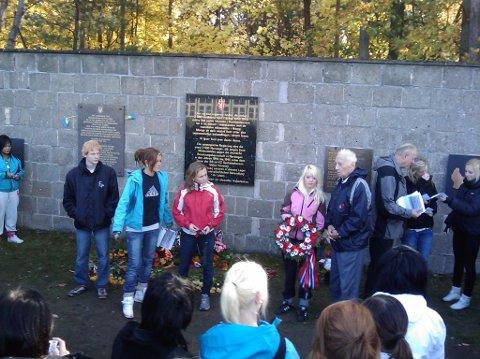 POLENTUR: Bildet viser kransenedleggelse på det Norske minnesmerket i Sachsenhausen. Tidsvitne Gunnar Knudsen står med kransen.  (Arkivfoto)