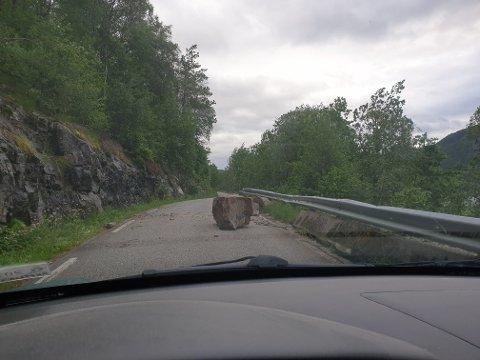En diger stein lå i morgentimene i veien på Viraksveien på Sira. LESERBILDE