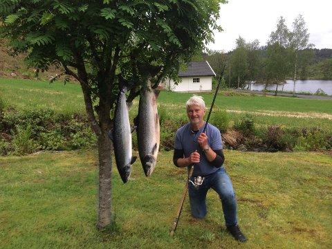 GOD FANGST: Karsten Rafoss dro opp to store laks i Kvina.