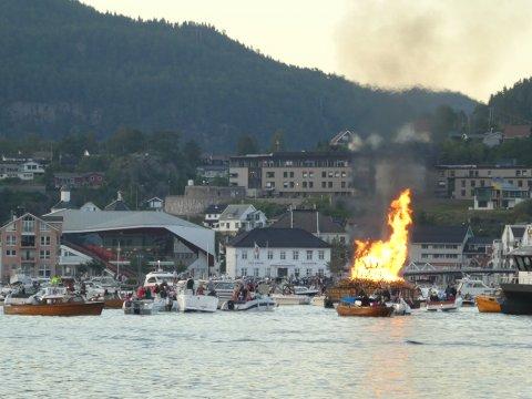 SPIRA OG SPIRA: Kultursenteret i Flekkefjord (til venstre i bildet) har fått samme navn som den gamle St.Hans-tradisjonen med bål på fjorden.