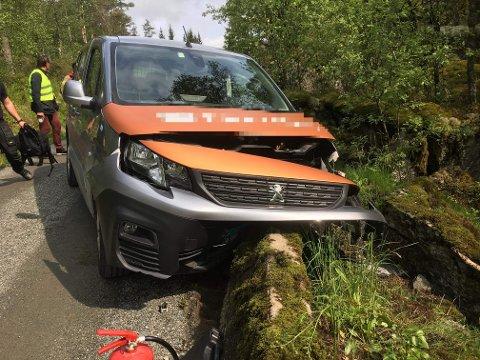 UT AV VEIEN: Føreren har fått bilen over et autovern.