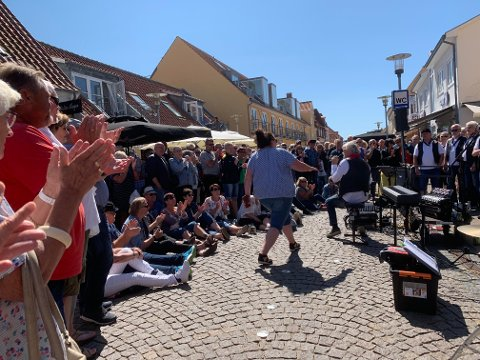 2019: Det ble friluftskonsert i Skagens gågate fredag ettermiddag  – og hele tiden med dansk TV2 på slep.