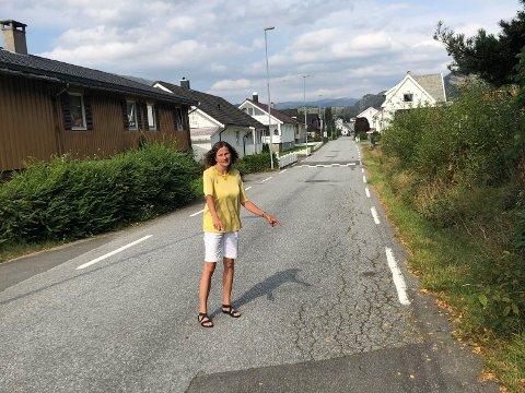 ASFALTERING: Ordførerkandidat Magnhild Eia (Sp) mener kommunen ikke kan akseptere veivesenets krav om reasfaltering ved graving av fiber.