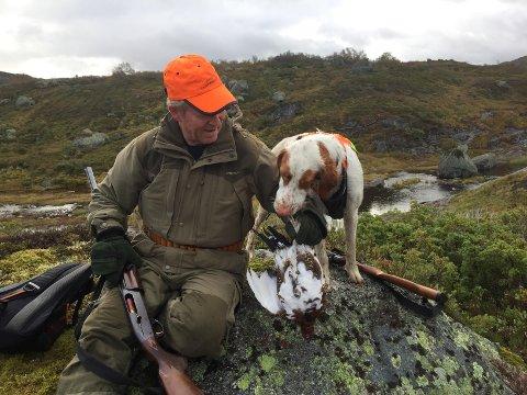 ERFARING: Einar Egeland fra Åna-Sira viser her en flott lirype til hunden Ziko. Egeland som har 20 års erfaring fra dette område.