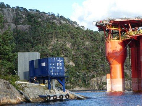LANDSTRØM: Plattformene i Djuvik får strøm fra land. Strømmen kommer fra høyspentanlegg via Torsøy og blir transformert til riktig spenning i den mobile trafoen som står på land.