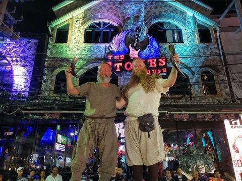 ENDELIG FREMME: Slik feiret Tor Helge Mål og Vidar Øksendal at de var kommet frem til Thailand.