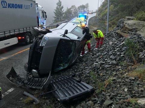 ULYKKE: Familien på fire kom tilsynelatende uskadd fra ulykken på E39 ved Lundevannet. I en bil fra 1950-tallet hadde det sannsynligvis ikke gått så bra.