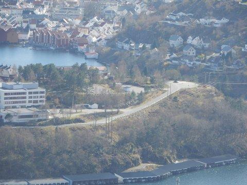 STOR TOMT: Hele området fra snuplassen oppe til høyre i bildet og bort mot hjørne på Flekkefjord videregående (til venstre) skal klargjøres som byggetomt for hallen.