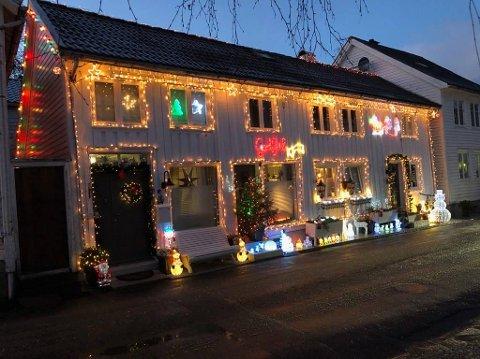 VINNERHUSET: Boligen til Hans-Edward Næset og Line W. Olsen i Kirkegaten i Flekkefjord er så absolutt preget av jul. Paret vinner Agders julehuskonkurranse, og får et gavekort på 1000 kroner.