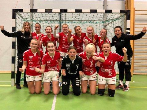 Flekkefjords juniorjenter hadde grunn til å juble etter lørdagens hjemmekamp i Ueneshallen. Foto: Flekkefjord HK