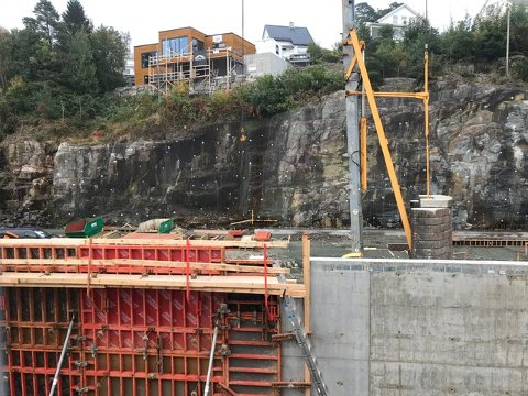 REISER SEG: Det skjer endringer på tomten fra dag til dag. Med store forskalingsenheter støpes raskt veggene til det nye bygget.