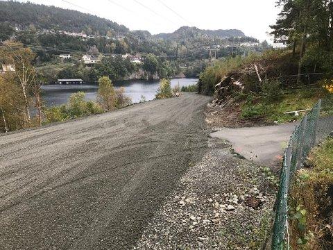 UTVIDES: Tunveien fra Uenesodden til Austadvika blir utvidet ved at det bygges store steinmurer i ytterkanten som vender mot en vei som går til båtstøer nedenfor Tunveien.