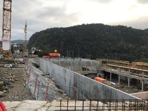 REISER SEG: Flerbrukshallen begynner å ta form. Dette bildet tatt fra området utenfor Flekkefjord videregående skole i helgen viser at betongarbeidene har kommet godt i gang.