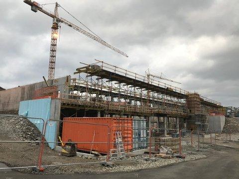 NY HALL: Den store nye flerbrukshallen på Uenes reiser seg. Når den står ferdig skal deler av renhold og drift gjøres på dugnad for at driftsutgiftene skal kunne holdes så lave som mulig. Nå starter arbeidet med avtaler med idrettslagene.