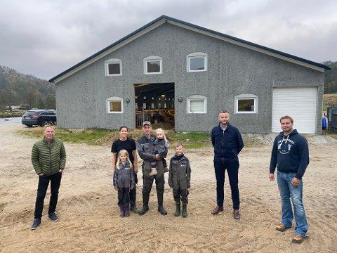 SATSET: Familien Eftestøl er blant dem som har satset på gårdsbruk i Kvinesdal. Dette er et eksempel bygda er stolt av, mener ordfører og leder for Bondelag. Deres stemme er viktig når besøket fra Regjeringen kommer.   Fra Venstre: Ivar Kvinlaug, leder Kvinesdal bondelag, Anne H. Eftestøl, Ingrid Eftestøl (2), Johannes Eftestøl, Louise Eftestøl (7), Per Eftestøl (9), Per Sverre Kvinlaug, ordfører Kvinesdal kommune og Knut Erik Ulltveit, leder Agder Bondelag.