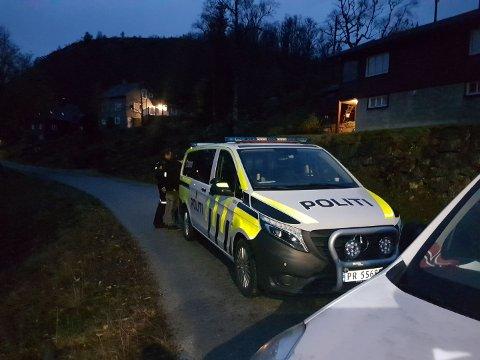 SPERRET VEIEN: Her fører politiet én av de tre gjerningspersonene inn i politibilen. Bilen nærmest i bildet er Leif Hunsbedt sin.