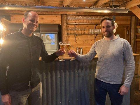 SOLGT: Styreleder Steinar Johannesen i Isbua AS tar en skål med ny eier Thomas Valand.
