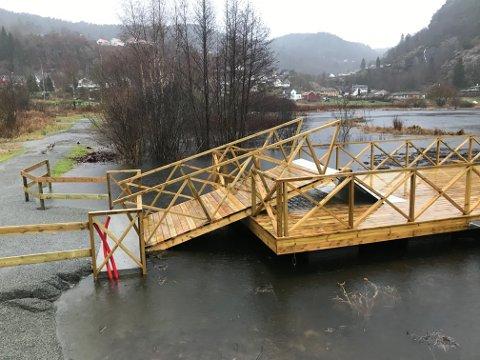 HENGSLET: Bryggen har en rampen som kan bevege seg opp og ned, men nå er vannet så høyt at hengslene inn mot land ikke har mye mer å gå på.