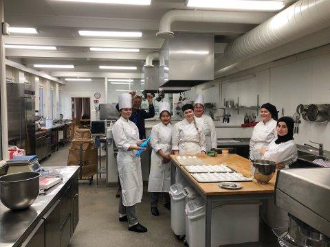 JUBLER: Rektor Tor Inge Rake og elevene på kokkelinja i Kvinesdal hadde grunn til å juble tirsdag.
