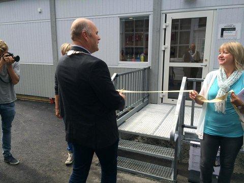 KLIPPET SNOREN: Slik så det ut da daværende ordfører Svein Arne Jerstad klipper snoren i 2014. På bildet ser man også styrer Anne Britt Nyvoll Kristiansen.