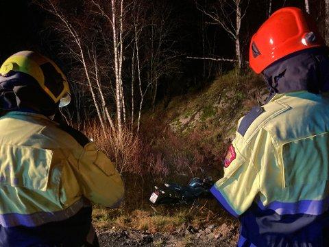 I VANNET: Motorsykkelen har havnet i vannet, men sjåføren har ikke fått alvorlige skader.