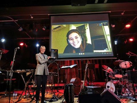 HEDERSUTMERKELSE: Anja Lauvdal fra Flekkefjord har mottatt utmerkelsen som NTNU-ambassadør. Rektor Anne Borg stod for utnevnelsen under åpningen av Jazzfest.