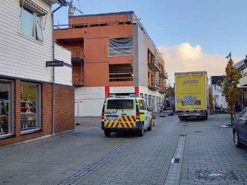 ASSISTANSE: Politiet måtte assistere en trailersjåfør i Lyngdal i morgentimene tirsdag.