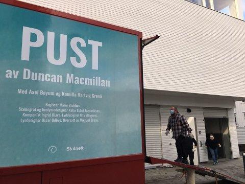 Arne Skage tok i et tak da utstyr skulle ut av Riksteatrets buss. Teatret har forestilling i Spira mandag kveld. Foto: Erik Thime