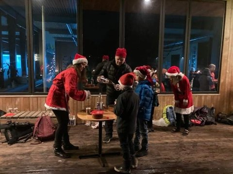 SERVERING: Brus og pepperkaker er ikke hverdagskost på Tonstad skule, men fredag var det nettopp det alle fikk servert.