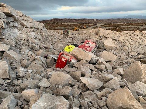 DRAMATISK: Oddgeir Kvia ble fløyet til sykehuset etter at han og bilen han satt i ble truffet av stein i forbindelse med sprengningsulykken i Buheii vindpark mandag. Den Risa-ansatte mannen slapp fra dramaet med livet i behold, og snarrådige kolleger klarte å fjerne stein fra og rundt bilen.