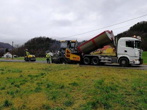 ASFALT: Mildvær i desember gjorde at Asfalt Sør kunne legge asfalt på veien fra Lende til Rannestad 9. desember 2020.