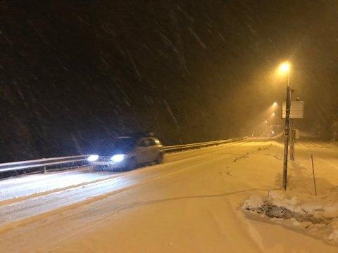 Snødekket veibane på Fosselandsheia mellom Flekkefjord og Kvinesdal litt før klokken 20 lørdag. Foto: Svein Løvland