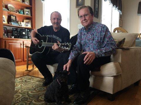 HJEMME HOS: Ove Frøytlog (til venstre) har fått et godt, nært og musikalsk forhold til Tommy Cash. Her er de hjemme hos sistnevnte i hans hjem i Henderson, like utenfor Nashville.